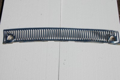 Verchromtes Lüftungsgitter unterhalb Windschutzscheibe für W115/8